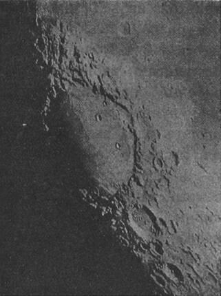 Моря, горы и кратеры на Лунѣ, видимые въ телескопъ