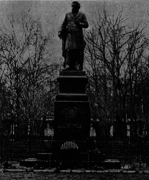 Памятникъ М. И. Глинкѣ въ Смоленскѣ.