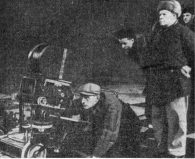 Оператор А. Москвин (у аппарата) и режиссер С. Эйзенштейн (на первом плане) на съемках фильма «Иван Грозный»