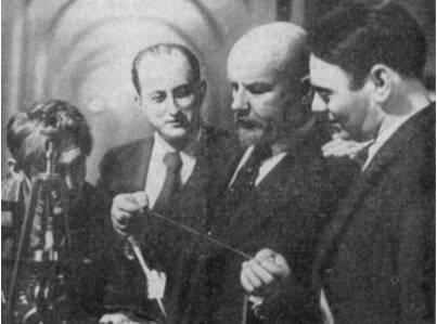 На съемках фильма «Ленин в Октябре.» — (справа налево) оператор Б. Волчек, артист Б. Щукин и режиссер М. Ромм