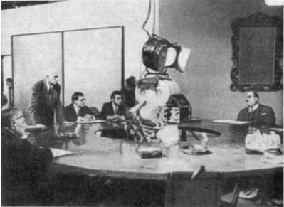 Оператор Л. Косматов (стоит слева) на съемках фильма «Суд сумасшедших»