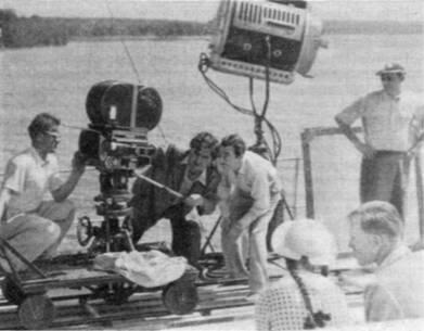 Оператор В. Монахов (за аппаратом) на съемках фильма «Оптимистическая трагедия»
