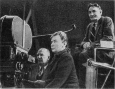 Режиссер В. Пудовкин (справа) и операторы А. Головня и Т. Лобова на съемке фильма «Суворов»