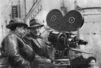 Оператор М. Магидсон (слева) и режиссер М. Калатозов на съемке фильма «Верные друзья»